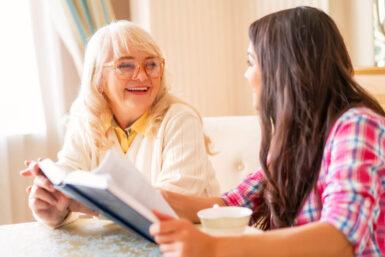 Senioren-Assistenten: Freundliche Begleitung im Alter